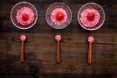 Aromatheraphy στη SPA Ρόδινο SPA άλας φραουλών στα κύπελλα στη σκοτεινή ξύλινη τοπ άποψη υποβάθρου Στοκ φωτογραφίες με δικαίωμα ελεύθερης χρήσης