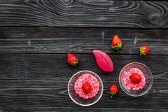 Aromatheraphy στη SPA Ρόδινο SPA άλας φραουλών στα κύπελλα στο μαύρο ξύλινο διάστημα αντιγράφων άποψης υποβάθρου τοπ Στοκ Εικόνα