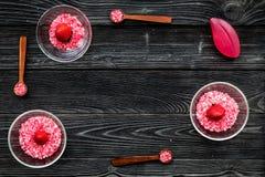 Aromatheraphy στη SPA Ρόδινο SPA άλας φραουλών στα κύπελλα στο μαύρο ξύλινο διάστημα αντιγράφων άποψης υποβάθρου τοπ Στοκ φωτογραφία με δικαίωμα ελεύθερης χρήσης