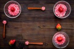 Aromatheraphy στη SPA Ρόδινο SPA άλας φραουλών στα κύπελλα στο σκοτεινό ξύλινο διάστημα αντιγράφων άποψης υποβάθρου τοπ Στοκ Φωτογραφία