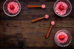 Aromatheraphy στη SPA Ρόδινο SPA άλας φραουλών στα κύπελλα στο σκοτεινό ξύλινο διάστημα αντιγράφων άποψης υποβάθρου τοπ Στοκ φωτογραφίες με δικαίωμα ελεύθερης χρήσης
