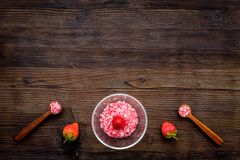 Aromatheraphy στη SPA Ρόδινο SPA άλας φραουλών στα κύπελλα στο σκοτεινό ξύλινο διάστημα αντιγράφων άποψης υποβάθρου τοπ Στοκ Εικόνες