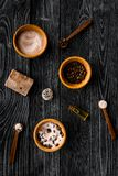Aromatheraphy στη SPA Chocolate-brown spa άλας και σαπούνι στη μαύρη ξύλινη τοπ άποψη υποβάθρου Στοκ Φωτογραφίες