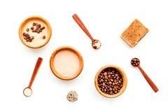 Aromatheraphy στη SPA Chocolate-brown spa άλας και σαπούνι στην άσπρη τοπ άποψη υποβάθρου Στοκ Εικόνες