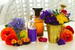 Aromatherapie - Blumen im Mörser Stockfoto