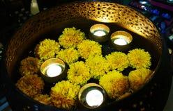 Aromatherapie - brennende Kerze stockfotografie