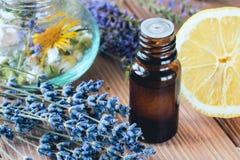Aromatherapie mit ätherischen Ölen vom Lavendel und von der Zitrusfrucht für Gebrauch im Badekurort mit Massage lizenzfreie stockbilder