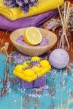 Aromatherapie mit Zitrone und Kräutern stockfoto