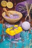Aromatherapie mit Zitrone und Kräutern stockfotos