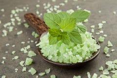 Aromatherapiesalzbadekurort Pfefferminz auf grünem Salzbadekurort in hölzernem SP Stockfoto