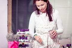 Aromatherapist, das ein neues Rezept schafft Stockbilder
