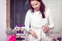 Aromatherapist die een nieuw recept creëren Stock Afbeeldingen