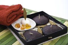aromatherapy蜡烛红色毛巾 免版税库存图片