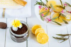 Aromatherapy εξαρτήματα SPA και λουτρών με τα φρούτα λεμονιών η καρύδα καφέ τρίβει την πετσέτα υάκινθων Στοκ φωτογραφία με δικαίωμα ελεύθερης χρήσης