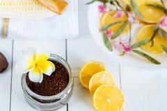 Aromatherapy εξαρτήματα SPA και λουτρών με τα φρούτα λεμονιών η καρύδα καφέ τρίβει την πετσέτα υάκινθων Στοκ Φωτογραφία