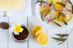 Aromatherapy εξαρτήματα SPA και λουτρών με τα φρούτα λεμονιών η καρύδα καφέ τρίβει την πετσέτα υάκινθων Στοκ εικόνα με δικαίωμα ελεύθερης χρήσης