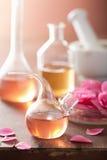 Aromatherapy και αλχημεία με τα ρόδινα λουλούδια Στοκ Φωτογραφίες