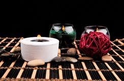 Aromatherapy Κεριά και αντικείμενα SPA στο μαύρο υπόβαθρο Στοκ φωτογραφία με δικαίωμα ελεύθερης χρήσης