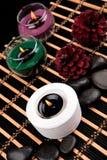 Aromatherapy Κεριά και αντικείμενα SPA στο μαύρο υπόβαθρο Στοκ εικόνα με δικαίωμα ελεύθερης χρήσης