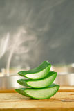 Aromatherapy με τις φρέσκες aloe φέτες της Βέρα σε ξύλινο. Στοκ Εικόνα