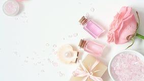 Aromatherapy Μικρά μπουκάλια γυαλιού με τα καλλυντικά πετρέλαια εναλλακτική ιατρική salt spa θεραπεία λουτρών helthcare Στοκ Εικόνες