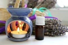 Aromatherapy, ουσιαστικό πετρέλαιο και lavender λουλούδια Στοκ φωτογραφία με δικαίωμα ελεύθερης χρήσης