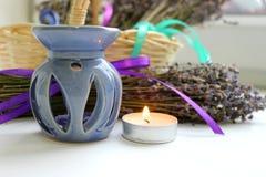 Aromatherapy, ουσιαστικό πετρέλαιο και lavender λουλούδια Στοκ εικόνες με δικαίωμα ελεύθερης χρήσης