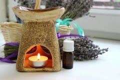 Aromatherapy, ουσιαστικό πετρέλαιο και lavender λουλούδια Στοκ Φωτογραφίες