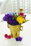 Aromatherapy - λουλούδια στο κονίαμα Στοκ Φωτογραφίες