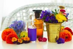 Aromatherapy - λουλούδια στο κονίαμα Στοκ εικόνες με δικαίωμα ελεύθερης χρήσης