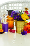 Aromatherapy - λουλούδια στο κονίαμα Στοκ φωτογραφία με δικαίωμα ελεύθερης χρήσης