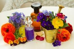 Aromatherapy - λουλούδια στο κονίαμα Στοκ Εικόνα