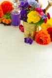 Aromatherapy - λουλούδια στο κονίαμα Στοκ φωτογραφίες με δικαίωμα ελεύθερης χρήσης