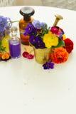 Aromatherapy - λουλούδια στο κονίαμα Στοκ Εικόνες
