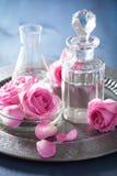 Aromatherapy που τίθεται με τα ροδαλές λουλούδια και τις φιάλες Στοκ Εικόνες
