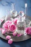 Aromatherapy που τίθεται με τα ροδαλές λουλούδια και τις φιάλες Στοκ εικόνα με δικαίωμα ελεύθερης χρήσης