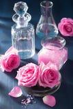 Aromatherapy που τίθεται με το ροδαλές άλας και τις φιάλες λουλουδιών Στοκ εικόνες με δικαίωμα ελεύθερης χρήσης
