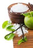 Aromatherapy - πράσινο μήλο, άλας λουτρών και φασόλια βανίλιας Στοκ εικόνα με δικαίωμα ελεύθερης χρήσης
