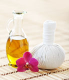 Aromatherapy σύνθεση SPA με το ευώδεις πετρέλαιο, τη ορχιδέα και τη σφαίρα Στοκ Εικόνες