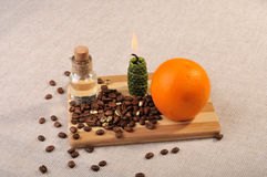 aromatherapy σύνολο Φασόλια καφέ, αρωματικό πετρέλαιο μασάζ σε ένα μπουκάλι γυαλιού Στοκ εικόνα με δικαίωμα ελεύθερης χρήσης