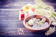 Aromatherapy σύνολο SPA Λουλούδια, πετρέλαιο μασάζ, άλας θάλασσας Στοκ εικόνες με δικαίωμα ελεύθερης χρήσης