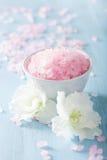 Aromatherapy σύνολο SPA με τα λουλούδια αζαλεών και το βοτανικό άλας Στοκ Φωτογραφία