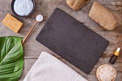 Aromatherapy: bad zoute, kosmetische room, organische zeep en groen royalty-vrije stock fotografie