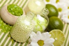 Aromatherapy - Bloemen en badzout stock foto's