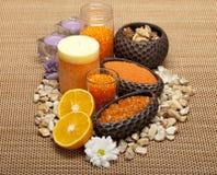 Aromatherapy - Blumen und orange Badesalz lizenzfreie stockfotos