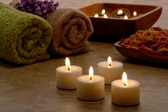 Aromatherapy Candles a cena do abrandamento em uns termas Imagem de Stock Royalty Free