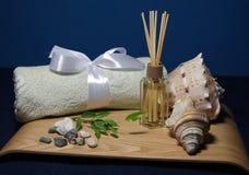 Aromatherapy dans la station thermale avec la serviette et la coquille légères Images stock