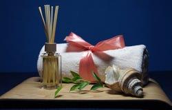 Aromatherapy dans la station thermale avec la serviette et la coquille roses Images stock