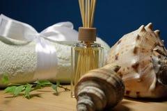 Aromatherapy dans la station thermale avec la serviette et les coquilles légères Image stock