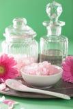 Aromatherapy del balneario con las flores rosadas del gerbera de la sal Foto de archivo